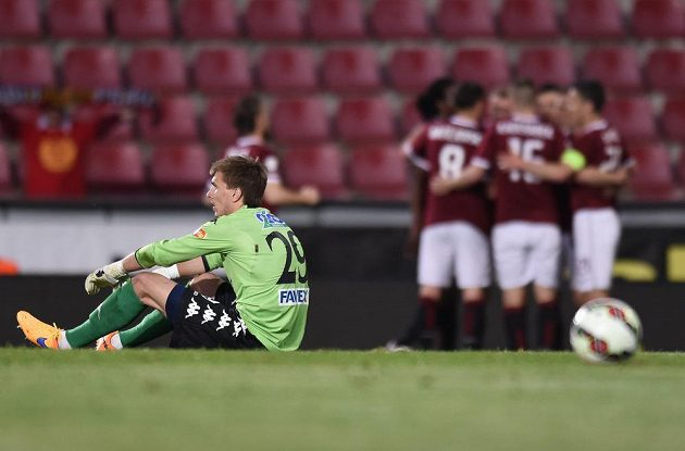 Brankář Slovácka Milen Heča po třetím obdrženém gólu během utkání 28. kola Synot ligy na Letné proti Spartě.