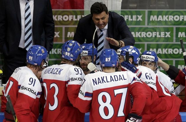 Trenér Vladimír Růžička uděluje pokyny svým svěřencům.