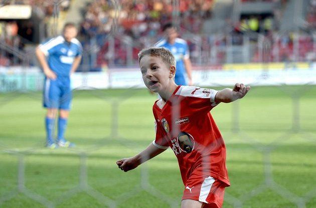 Patrik Horváth, syn Pavla Horvátha, oslavuje vstřelený gól v plzeňské Doosan Areně.