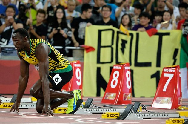 Jamajčan Usain Bolt se připravuje na startu rozběhu sprintu na 100 m na MS v Pekingu.