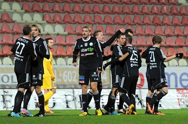 Hráči Příbrami se radují z gólu v duelu proti Jihlavě.