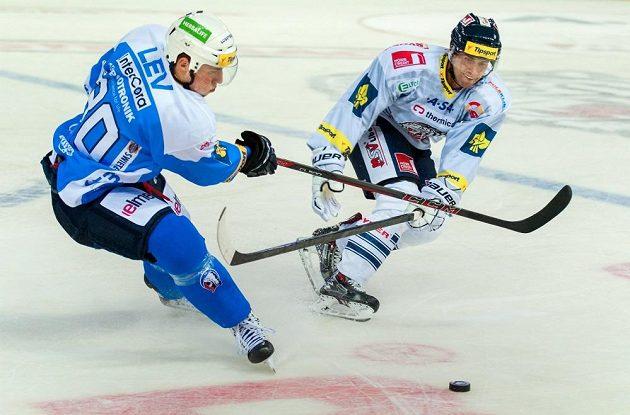 Liberecký obránce Jiří Hunkes (vpravo) a Jakub Lev z Plzně v utkání druhého kola hokejové Tipsport extraligy.