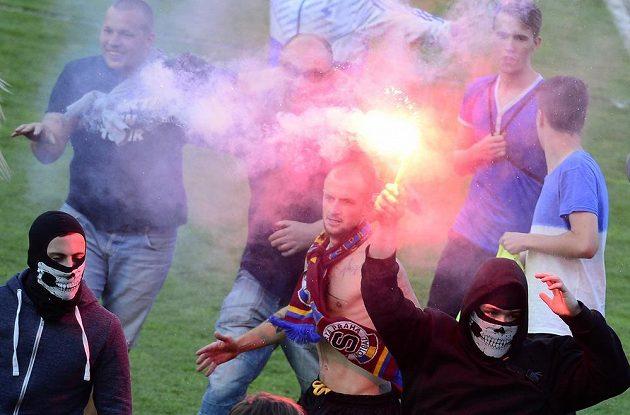 Fanoušci Sparty slaví na hrací ploše titul mistra ligy.