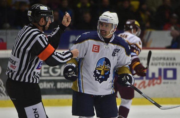 Rozhodčí Tomáš Zubzanda vylučuje Tomáše Plekance z Kladna.