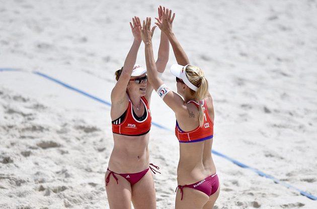 České beachvolejbalistky Kristýna Kolocová (vlevo) a Markéta Sluková na turnaji Prague Open.