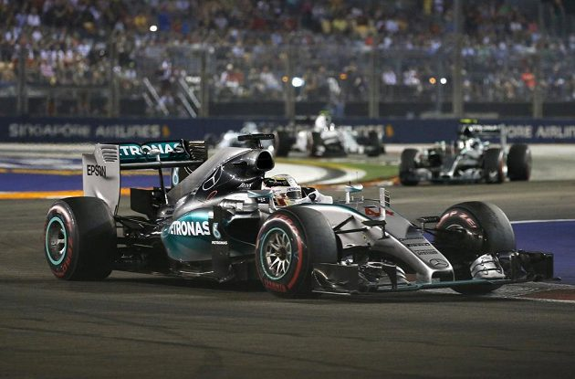 Lewis Hamilton, lídr průběžného pořadí seriálu MS, se cíle Velké ceny Singapuru nedočkal.
