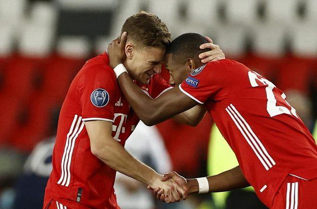Fotbalista Bayernu Mnichov Joshua Kimmich se spoluhráčem Davidem Alabou před odvětným čtvrtfinále Ligy mistrů.