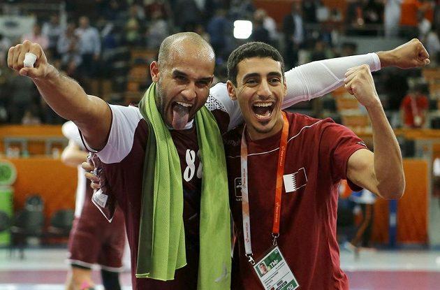 Házenkáři Kataru Hassab Alla (vlevo) a Abdulrazzaq Murad slaví semifinálovou výhru nad Polskem.