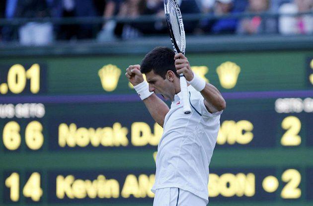 Srbský tenista Novak Djokovič se raduje z vítězství ve čtvrtém setu osmifinále Wimbledonu s Kevinem Andersonem.