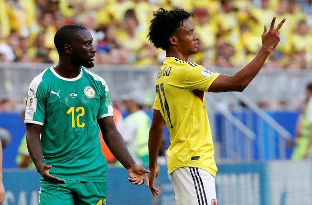 Senegalec Youssouf Sabaly a Kolumbijec Juan Cuadrado (vpravo) během závěrečného duelu skupiny H.