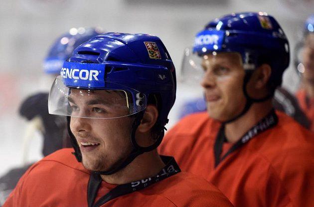 Hokejový útočník Dominik Simon (vlevo) během tréninku české reprezentace v rámci předsezonního kempu v Praze.