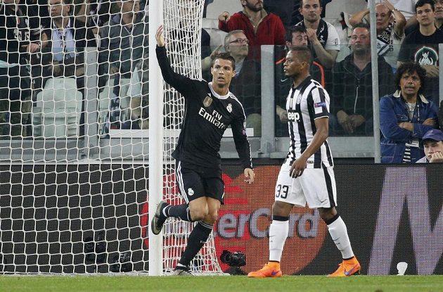 Hvězda Realu Cristiano Ronaldo (vlevo) před Patricem Evrou z Juventusu bezprostředně poté, co srovnal semifinálový duel Ligy mistrů.