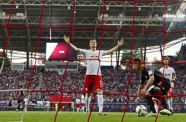 Timo Werner (uprostřed) z Lipska se raduje poté, co vstřelil gól v bundesligovém utkání Bayernu Mnichov.