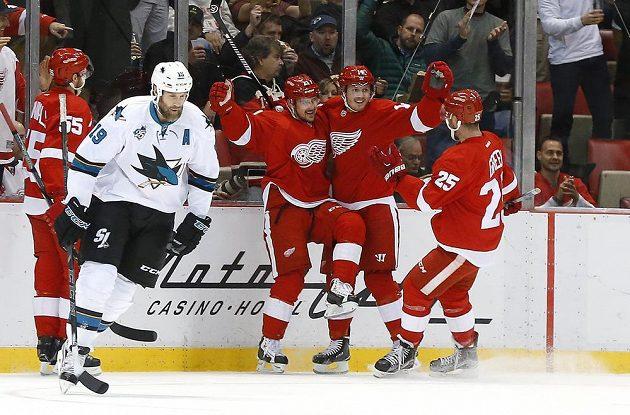 Slovenský forvard Tomáš Tatar (21) z Detroitu Red Wings oslavuje se spoluhráči svůj gól do sítě San Jose Sharks.