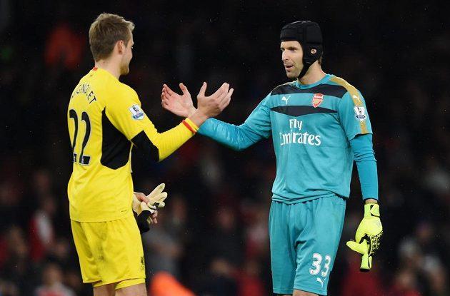 Střelci je nepokořili. Závěrečný pozdrav Petra Čecha (vpravo) z Arsenalu s liverpoolským gólmanem Simonem Mignoletem po bezbrankové dohrávce 3. kola.