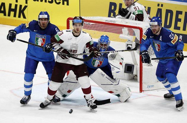 Lotyšský hokejista Teodors Blugers a trojice Italů Andreas Bernard, Sean McMonagle a Armin Helfer v akci během utkání mistrovství světa.