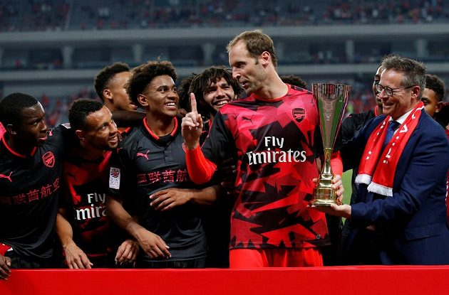 Petr Čech a spol. se radují z trofeje za skalp Bayernu.