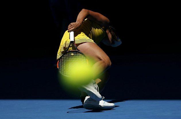 Míček odlétá z Rakety Barbory Strýcové v osmifinále Australian Open.