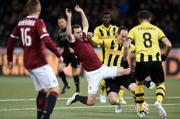 Sparťanský záložník Josef Hušbauer a Milan Volotič z Bernu bojují o míč.