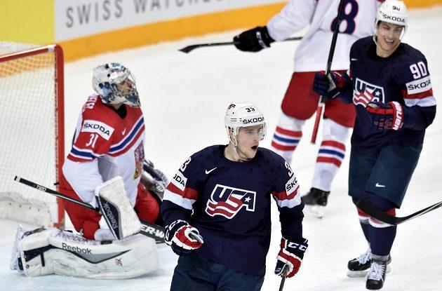 Útočník USA Charlie Coyle oslavuje gól na 3:0 během utkání o 3. místo.