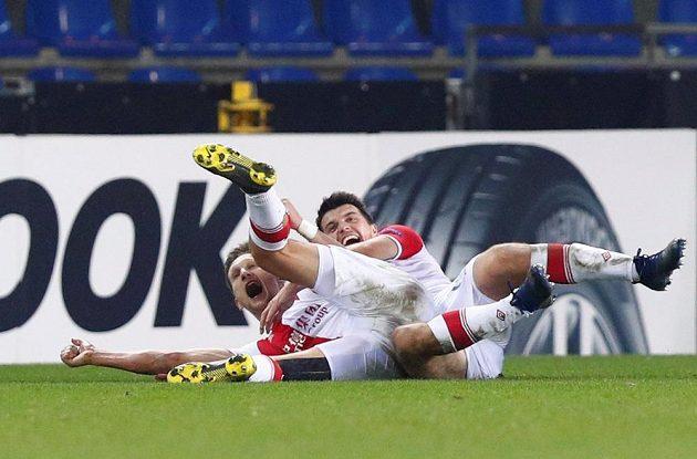 Kapitán Slavie Milan Škoda (vlevo) se raduje po jednom ze svých dvou gólů proti Genku.