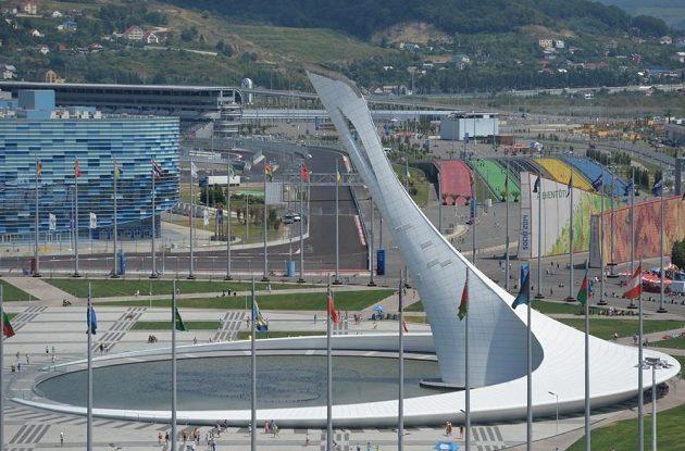 Po průjezdu první zatáčkou se jezdci F1 dostanou na okruhu v Soči na rovinku vedoucí k pylonu, na němž plál olympijský oheň. Vlevo vystupuje krasobruslařská hala Iceberg.