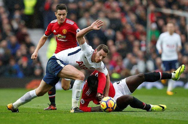 Jan Vertonghen z Tottenhamu v souboji s hráči Manchesteru United - dole Romelu Lukaku, vzadu Ander Herrera.