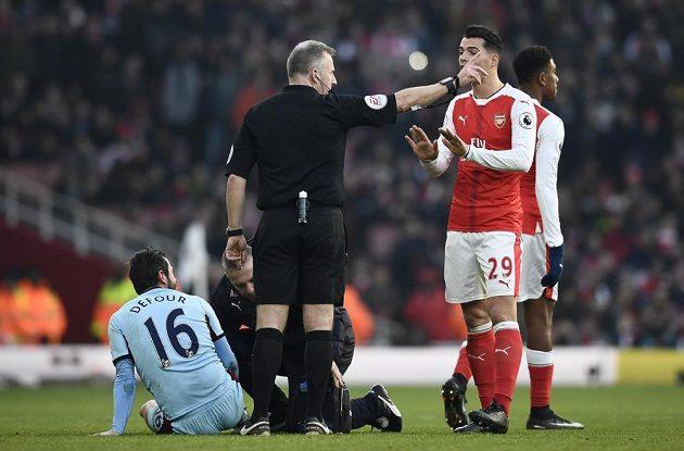 Vypadni! Arsenalský Granit Xhaka inkasoval od rozhodčího Jonathana Mosse červenou kartu za faul na Stevena Defoura z Burnley.