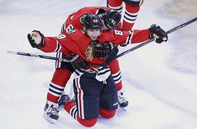 Kane se raduje z rozhodující branky v 92. minutě ve druhém prodloužení, která zařídila Chicagu finále Stanley Cupu.