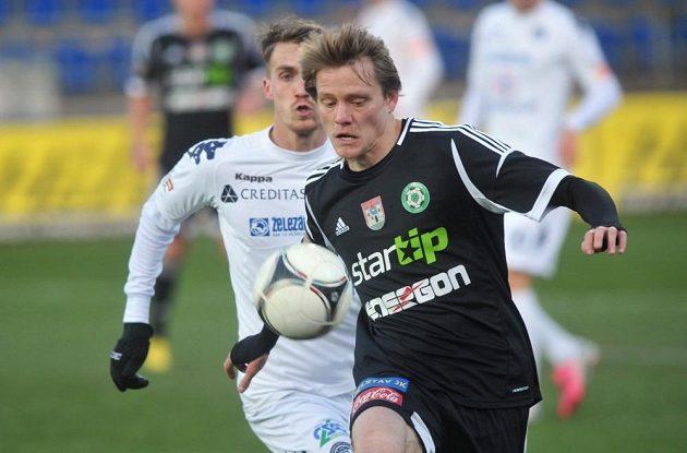 Příbramský útočník Tomáš Krbeček byl u míče dříve než Milan Kerbr ze Slovácka.