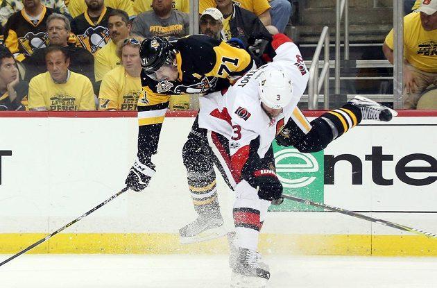 Na nejproduktivnějšího hráče play off NHL Jevgenije Malkina (71) z Pittsburghu si počkal obránce Ottawy Marc Methot (3) a uštědřil mu pořádný bodyček.