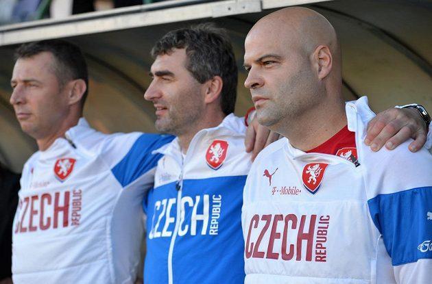 Trenér reprezentace U21 Jakub Dovalil (vpravo), asistent Jan Suchopárek (uprostřed) a trenér brankářů Petr Kouba.