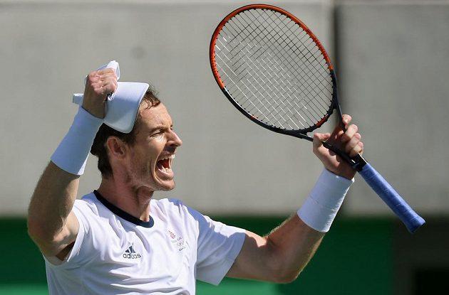 Britský tenista Andy Murray se raduje z postupu do finále olympijského turnaje v Riu.