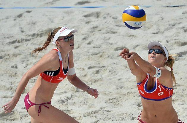 Česká dvojice Kristýna Kolocová (vlevo) a Markéta Sluková v duelu proti finskému páru Lehtonenová, Lahtiová.