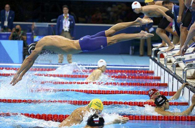 Já už frčím na druhou stranu, tak si mě chyťte. Americký plavecký hrdina Michael Phelps startuje svůj úsek ve štafetě na 4x100 m.