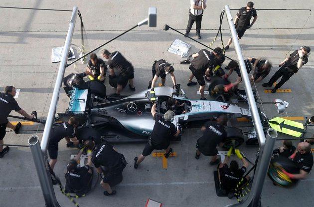 Mechanici stáje Mercedes nacvičují na okruhu v Sepangu zastávku v boxech.