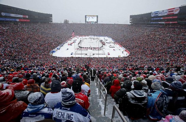 Diváci na Michigan Stadium sledují Winter Classic mezi Torontem a Detroitem.