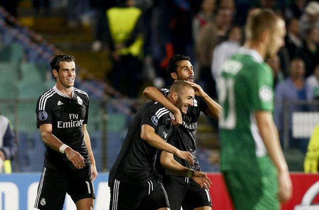 Hráči Realu Madrid se radují ze vstřelení gólu proti Ludogorci. Zleva Gareth Bale, autor branky Karim Benzema a Álvaro Arbeola.