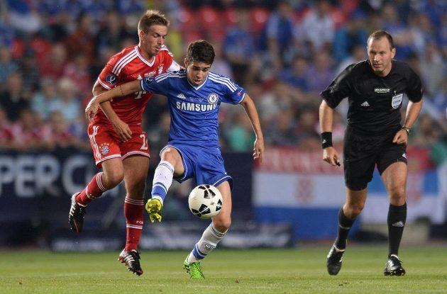 Záložník Chelsea Oscar (vpředu) si kryje míč před Philippem Lahmem z Bayernu Mnichov.