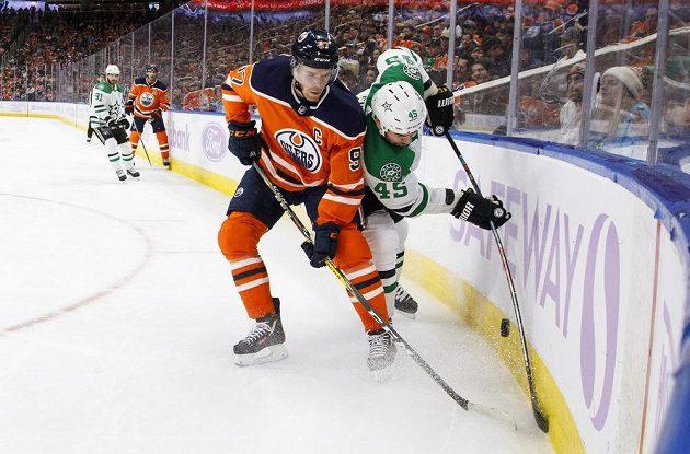 Obránce Roman Polak (vpravo) v souboji s McDavidem z Edmontonu.