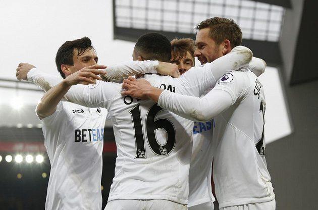 Fotbalisté Swansea se radují z gólu do sítě Liverpoolu.
