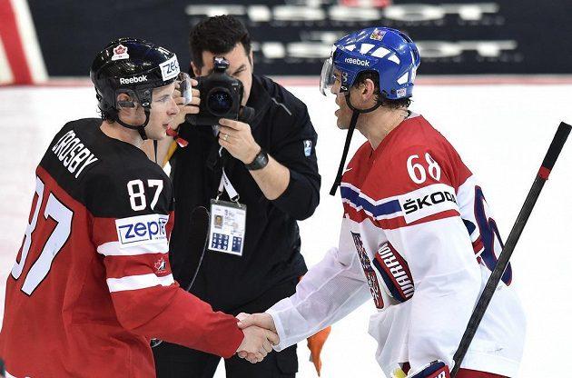 Zklamaný Jaromír Jágr a kapitán Kanady Sidney Crosby po semifinále.