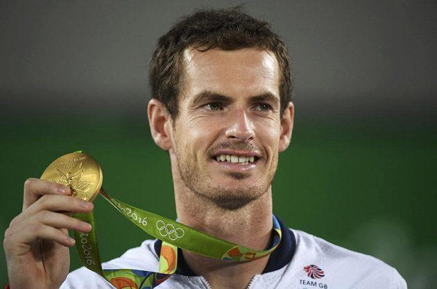 Andy Murray si po čtyřech letech opět navěsil zlatou olympijskou medaili.