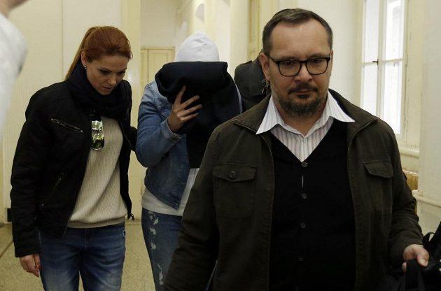 Policie přivádí k soudu náměstkyni ministryně školství Simonu Kratochvílovou, která je obviněna v případu okolo šéfa fotbalu Miroslava Pelty.