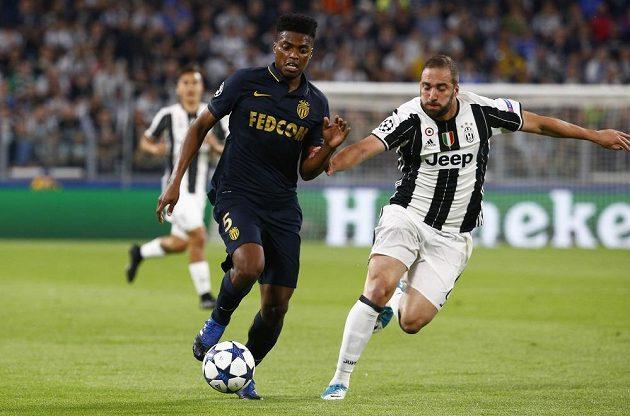 Gonzalo Higuain z Juventusu marně nahání Jemersona z Monaka.