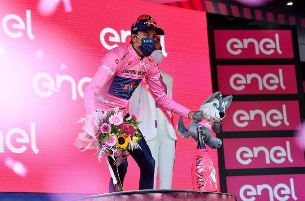 Růžový trikot vedoucího závodníka Gira uhájil i po 17. etapě Egan Bernal.