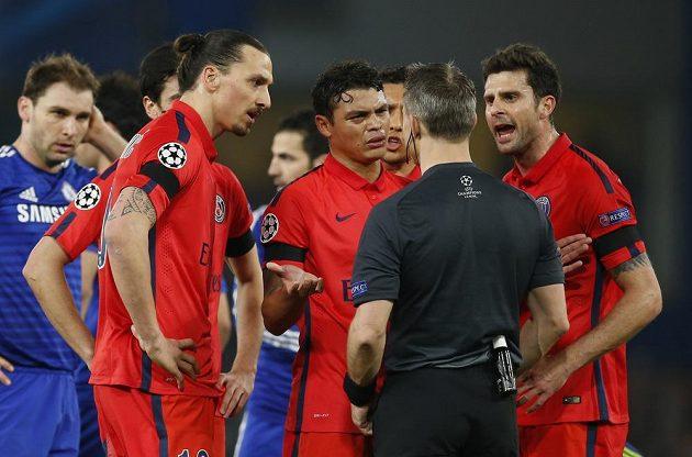 Houf fotbalistů PSG se snaží přesvědčit sudího Björna Kuiperse, aby nevyloučil oporu Zlatana Ibrahimovice (vlevo).