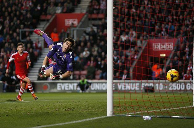 Brankář Manchesteru City Costel Pantilimon inkasuje gól od Daniho Osvalda ze Southamptonu.