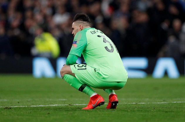 Zklamaný brankář Manchesteru City Ederson rpo inkasovaném gólu od Tottenhamu.