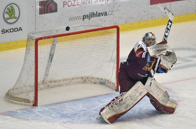 Brankář Jihlavy Jakub Škarek vyráží puk v utkání proti Olomouci.